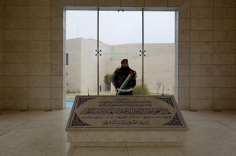 Grabstein mit Soldat der Präsidentengarde