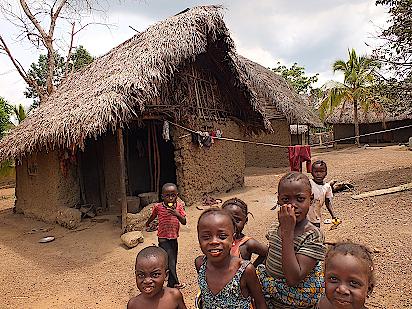 Kinder begleiten uns durch ihr Dorf