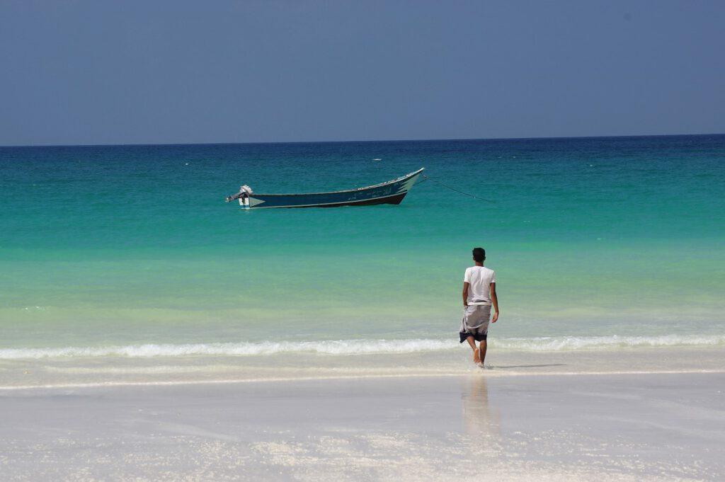 Fischer auf dem Weg zu seinem Boot