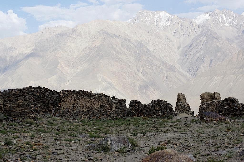 Festungsruinen und Hindukusch im Hintergrund