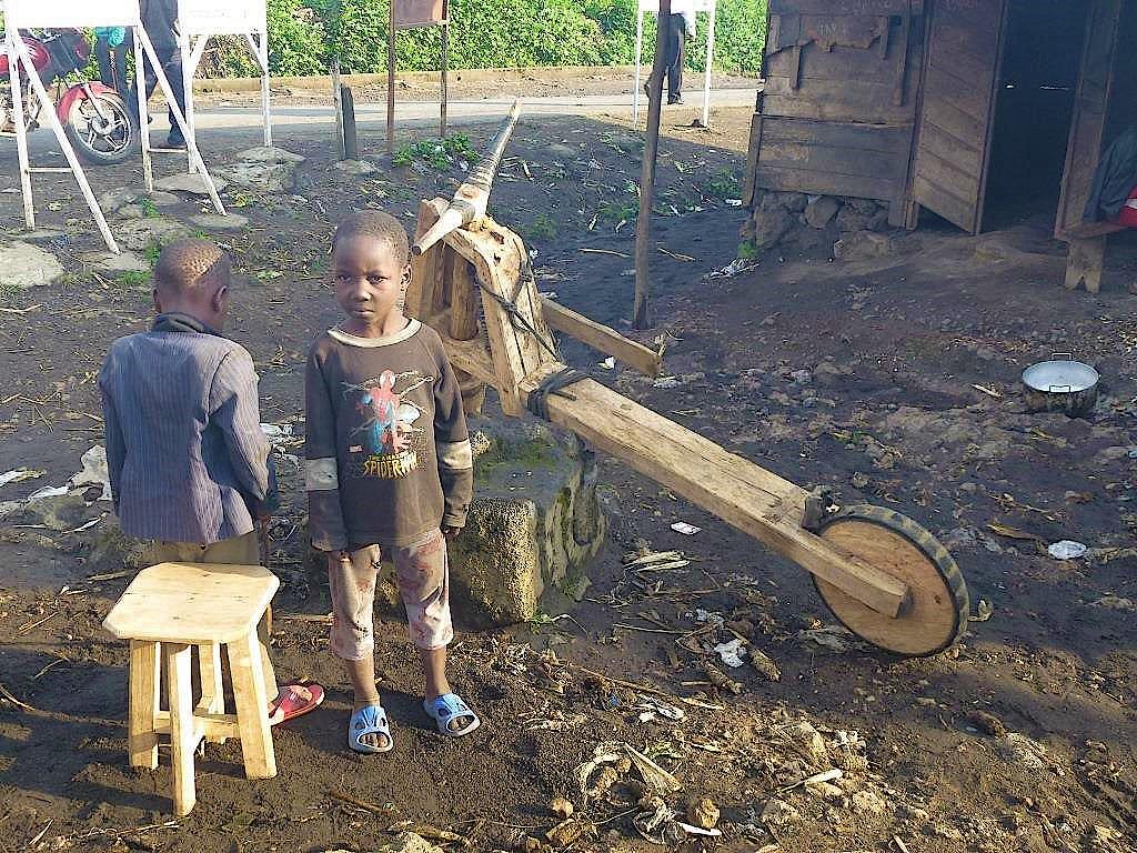 Kinder mit einem Tshukudu