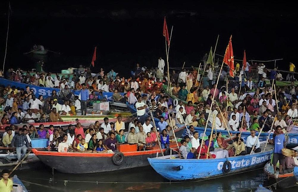 Vom Boot aus die Aarti Zeremonie verfolgen
