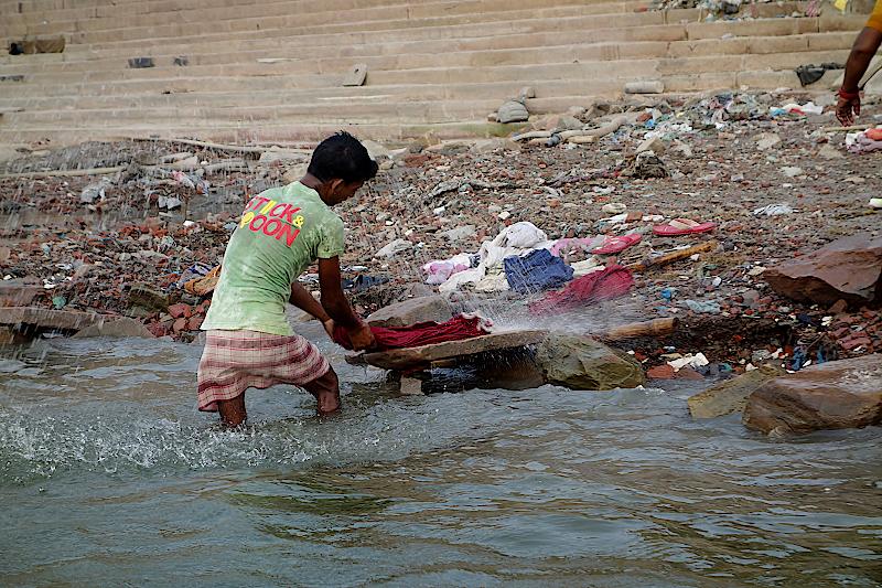 Varanasi-Waesche-waschen-im-Ganges