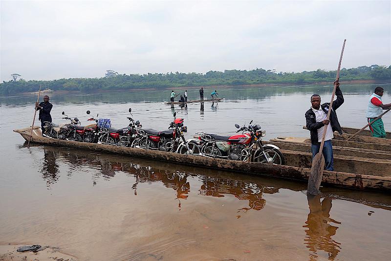 Mit Pirogen über den Fluss