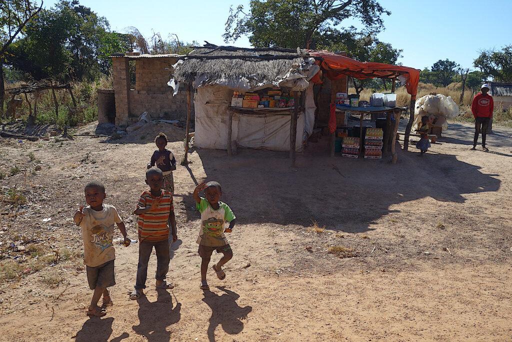 Kinder vor einem Dorfladen