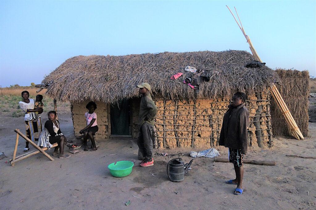 Eine Familie vor ihrer Hütte