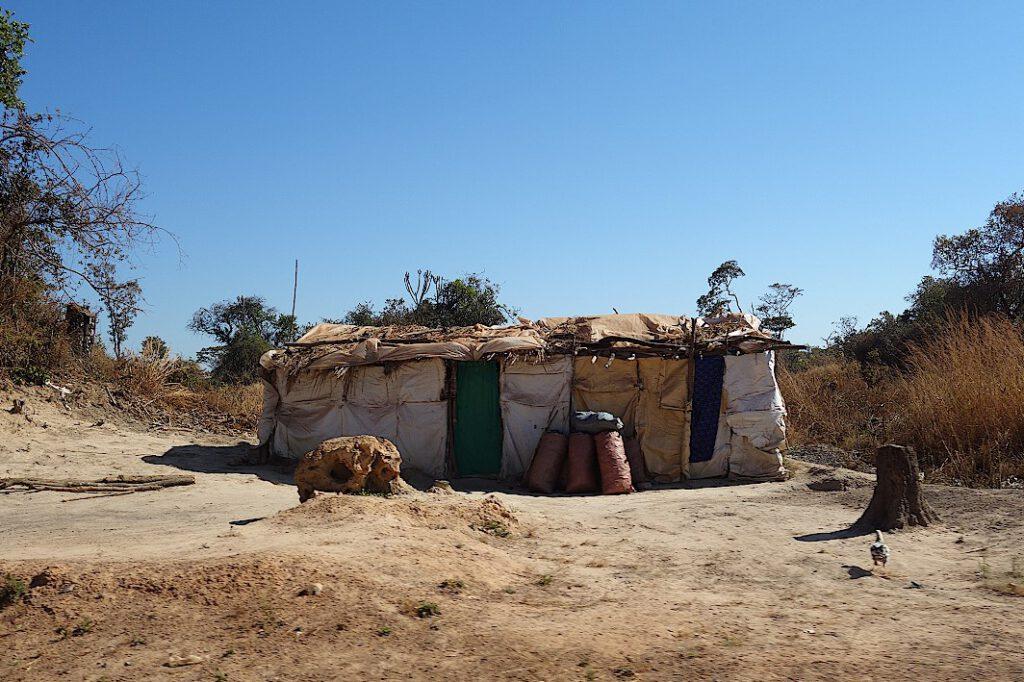 Säcke mit Holzkohle vor einer Hütte