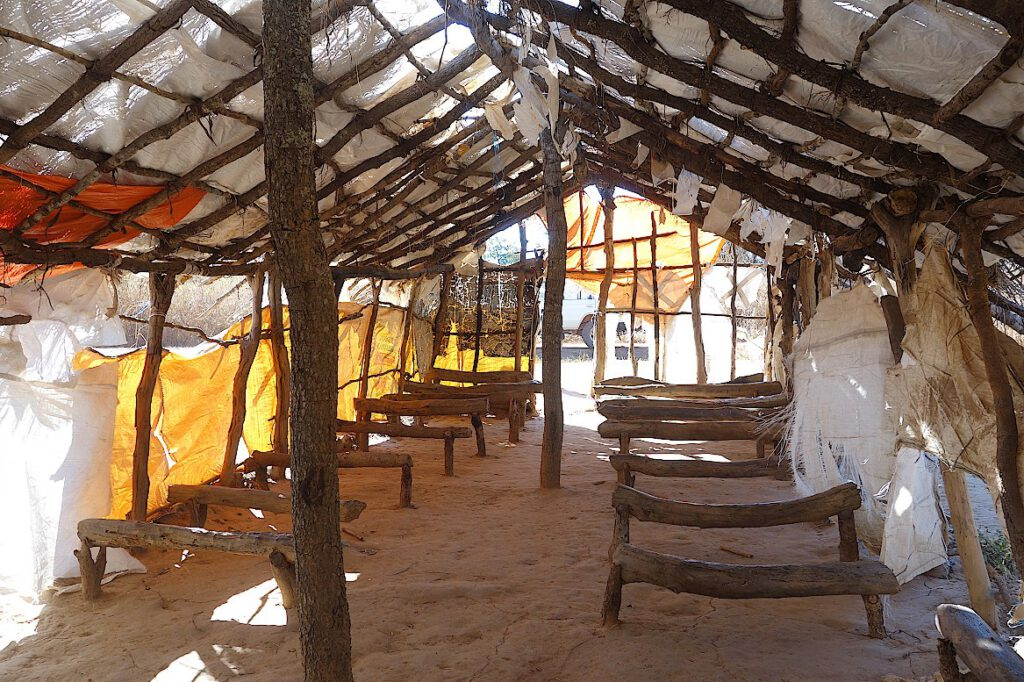 Bänke-in-einer-Kirche-in-Katanga