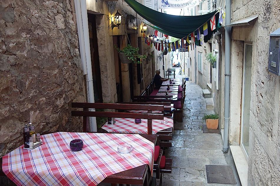 Gasse-mit-Restaurants-auf-Korcula