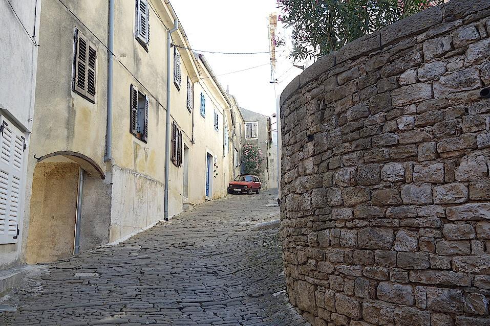 Strasse-in-Motovun-in-Kroatien