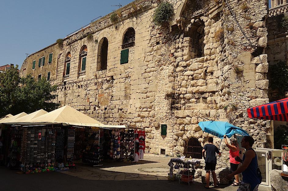 Haendler-an-der-Stadtmauer-von-Split