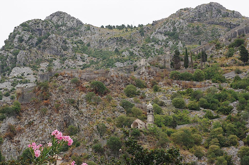 Stadtmauer-von-Kotor-zieht-sich-den-Berg-hinauf